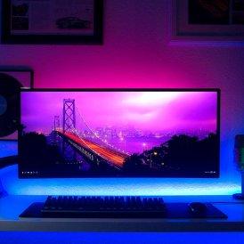 Habitación gamer decorada con tiras LED.